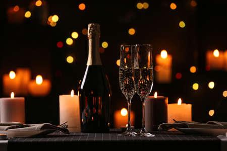 Cena romantica con candele accese e luci festive