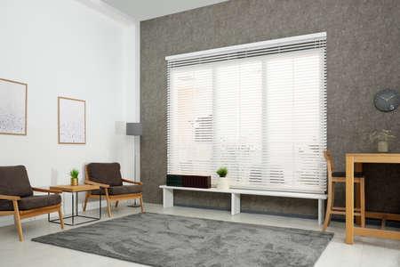 Nowoczesne wnętrze pokoju ze stylowymi wygodnymi meblami