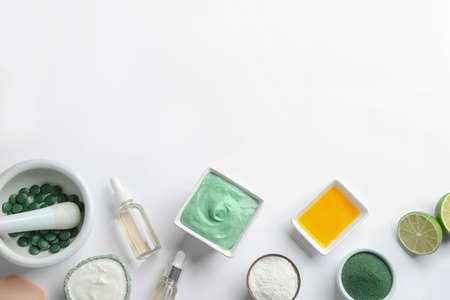 Composition with spirulina facial mask and ingredients on white background, top view Stockfoto