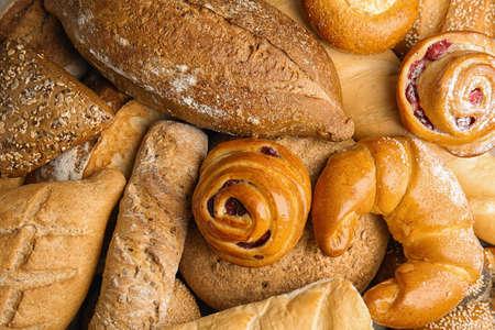 Panes y pasteles frescos como fondo, vista superior Foto de archivo
