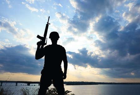 Żołnierz z karabinem maszynowym patrolujący na zewnątrz. Służba wojskowa Zdjęcie Seryjne
