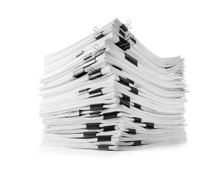 Pile de documents avec des pinces à reliure sur fond blanc blanc Banque d'images