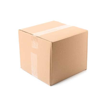 Gesloten kartonnen doos op witte achtergrond. Mockup voor ontwerp Stockfoto