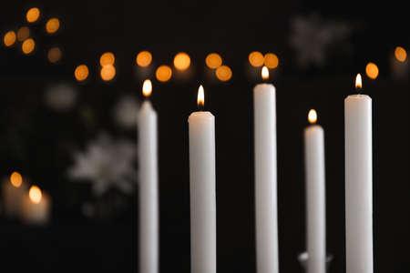 Brennende Kerzen auf unscharfem Hintergrund. Begräbnissymbol Standard-Bild