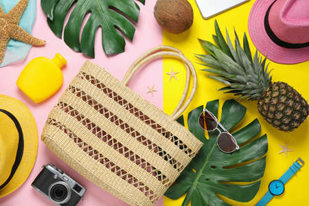 Flat lay composition with beach accessories on colorful background Imagens