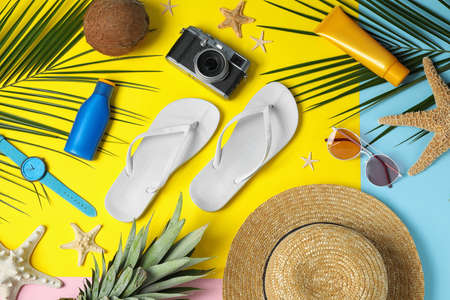 Flat lay composition with beach accessories on colorful background Zdjęcie Seryjne