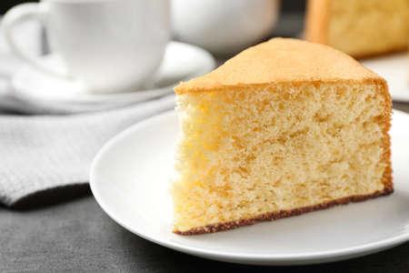 Stück köstlicher frischer hausgemachter Kuchen auf grauem Marmortisch Standard-Bild