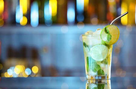 Copa de cóctel alcohólico fresco en barra de bar. Espacio para texto