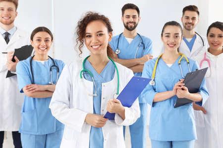 Equipo de trabajadores médicos en el hospital. Concepto de unidad Foto de archivo