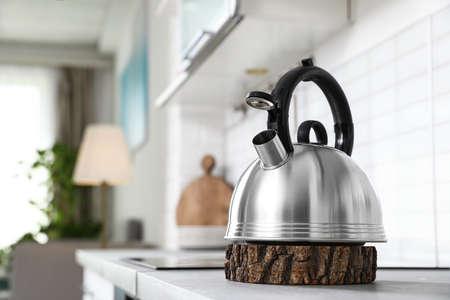 Bollitore moderno sul bancone della cucina all'interno, spazio per il testo Archivio Fotografico