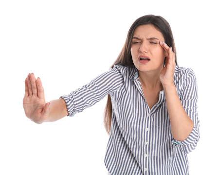 Jonge vrouw met visieprobleem op witte achtergrond Stockfoto