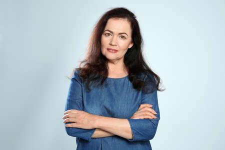 Porträt einer reifen Frau mit schönem Gesicht auf grauem Hintergrund