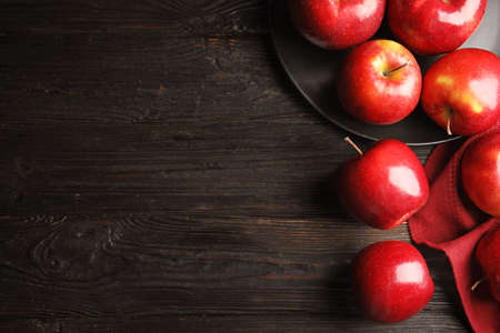 Flat lay composition with ripe juicy red apples on black wooden table. Space for text 版權商用圖片