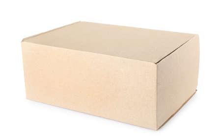 Caja de cartón cerrada sobre fondo blanco. Maqueta para el diseño Foto de archivo