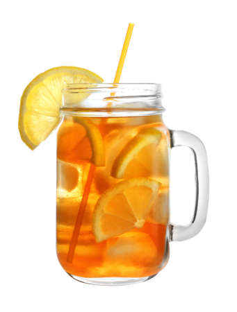 Mason jar of refreshing iced tea with lemon slices on white background Banque d'images - 130132486