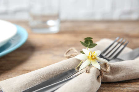 Cutlery set and dishware on wooden table, closeup Foto de archivo - 130132807