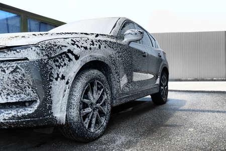 Auto mit Schaum in SB-Waschanlage reinigen