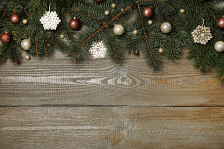 Fir tree branches with Christmas decoration on wooden background, flat lay. Space for text Standard-Bild - 130133151