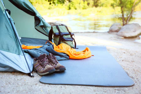 Sleeping bag and other camping gear outdoors Banco de Imagens - 130133664