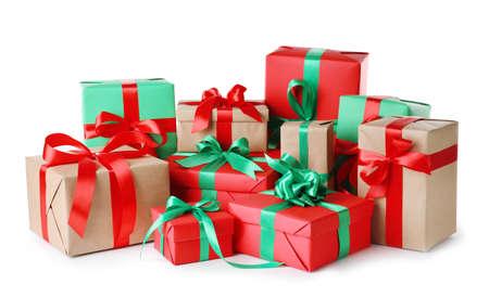 Diferentes cajas de regalo de Navidad sobre fondo blanco. Foto de archivo
