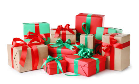 Différents coffrets cadeaux de Noël sur fond blanc Banque d'images