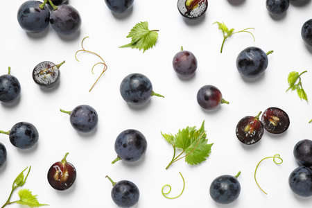 Fresh ripe juicy grapes on white background, top view Imagens