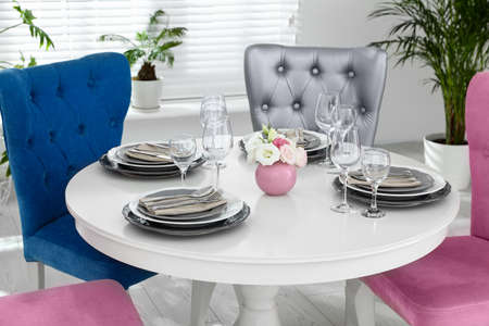Elegant dining room interior with stylish chairs and table Stockfoto - 130558848