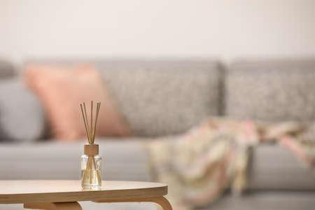 Reed-Lufterfrischer mit ätherischem Öl auf Tisch drinnen. Platz für Text