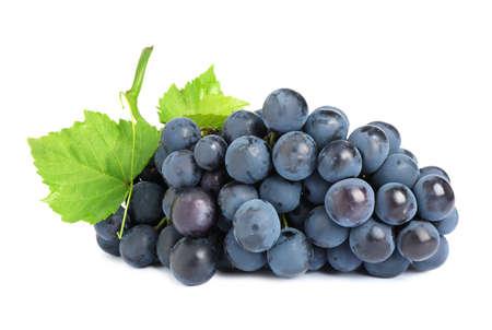 Racimo de uvas negras jugosas maduras frescas aislado en blanco Foto de archivo