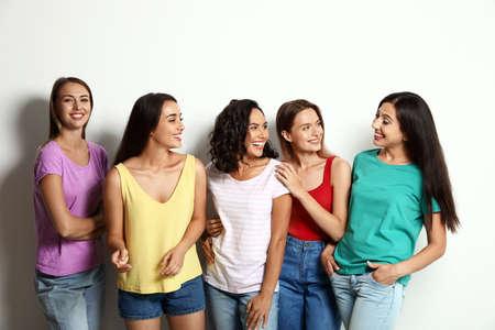 Donne felici su sfondo bianco. Concetto di potere della ragazza