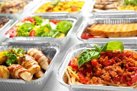 Boîtes à lunch sur table en bois blanc, gros plan. Livraison de nourriture saine Banque d'images