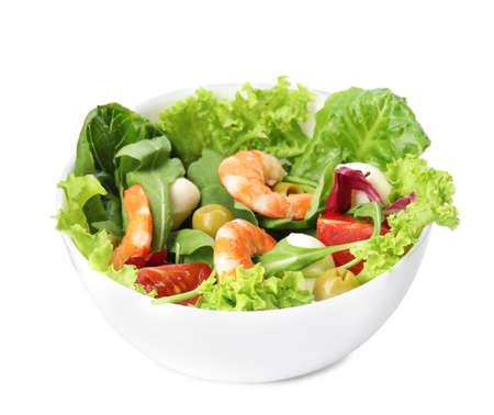 Sabrosa ensalada de ingredientes frescos sobre fondo blanco.