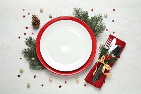Weihnachtstabelleneinstellung auf weißem Hintergrund, flacher Lay