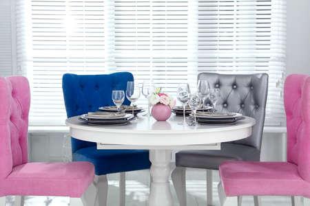Interni eleganti della sala da pranzo con sedie e tavolo alla moda