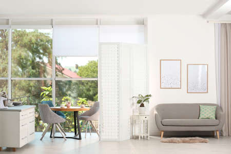 Modern folding screen in stylish room interior Stockfoto