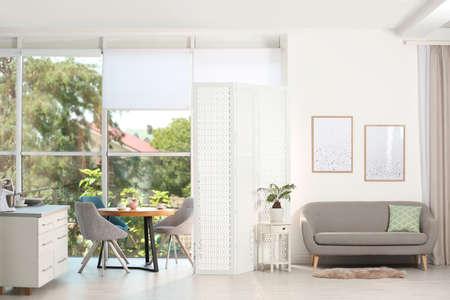 Modern kamerscherm in stijlvol kamerinterieur Stockfoto