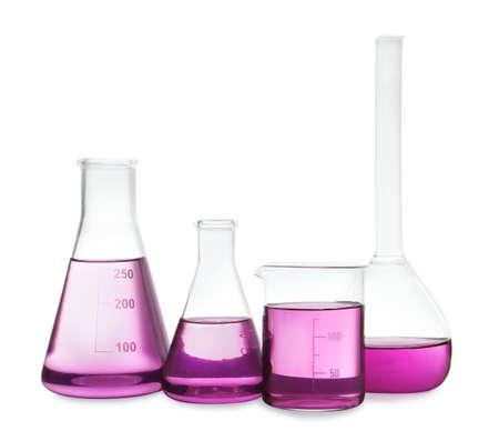 Vetreria da laboratorio con liquido viola su sfondo bianco