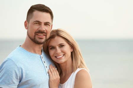 Feliz pareja romántica pasar tiempo juntos en la playa, espacio para texto Foto de archivo