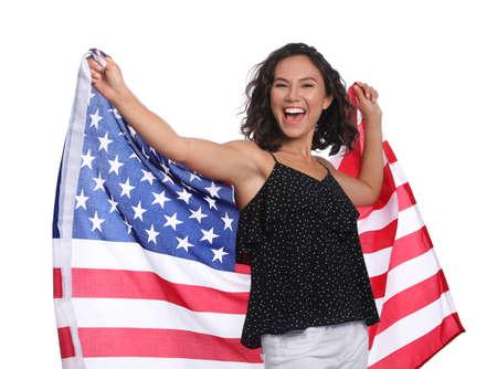 Feliz joven con bandera americana sobre fondo blanco. Foto de archivo