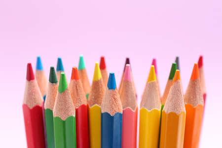 Verschiedene Farbstifte auf lila Hintergrund, Nahaufnahme Standard-Bild