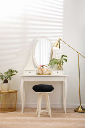 Dressing table with mirror in stylish room interior Stockfoto