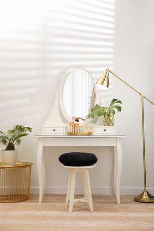 Toeletta con specchio in interni eleganti della stanza