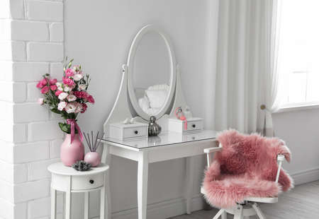 Stylish room interior with white dressing table Banque d'images