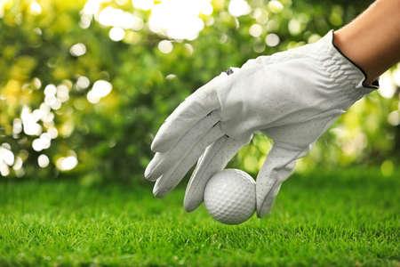 Player putting golf ball on green course, closeup 版權商用圖片