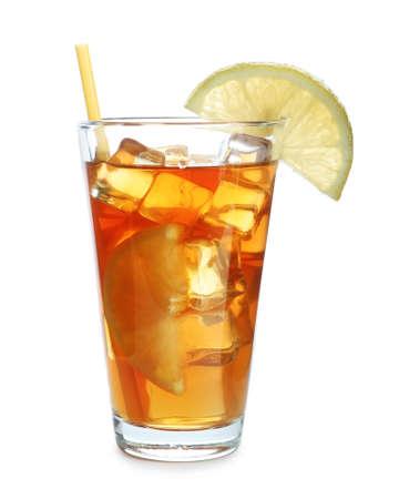 Glas leckerer Eistee mit Zitrone und Strohhalm auf weißem Hintergrund Standard-Bild