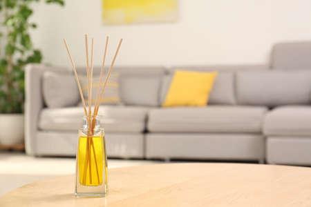 Reed-Lufterfrischer mit ätherischem Öl auf dem Tisch im Zimmer. Platz für Text Standard-Bild