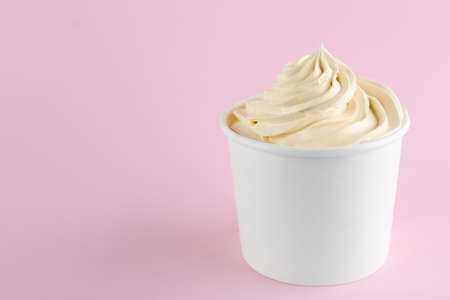 Cup with tasty frozen yogurt on pink background. Space for text Banque d'images - 131461933
