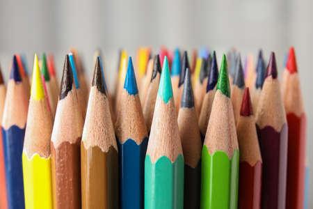 Verschillende kleurenpotloden op witte achtergrond, close-upmening