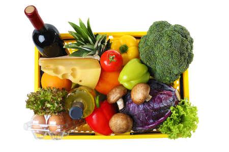 Cestino della spesa con prodotti alimentari su sfondo bianco, vista dall'alto