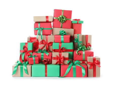Muchas cajas de regalo de Navidad diferentes aisladas en blanco Foto de archivo
